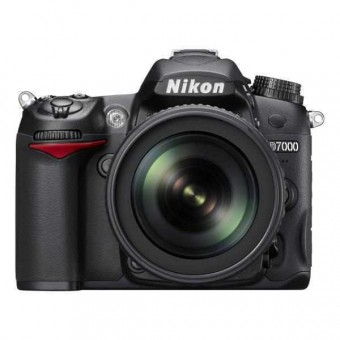 Nikon D7000 + Обектив 18-105VR + Обектив 55-300VR + Чанта CF-EU05 + Карта 8GB (Class 10)