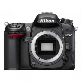 Nikon D7000 тяло + Чанта CF-EU05 + Карта 8GB (Class 10)